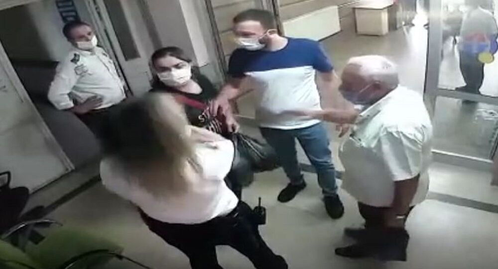 Gaziantep'te Şahinbey Eğitim ve Araştırma Hastanesi'ndeki kadın güvenlik görevlisi hasta yakınının yumruklu saldırısına uğradı. Saldırı anları hastanenin güvenlik kameraları tarafından anbean kaydedildi.