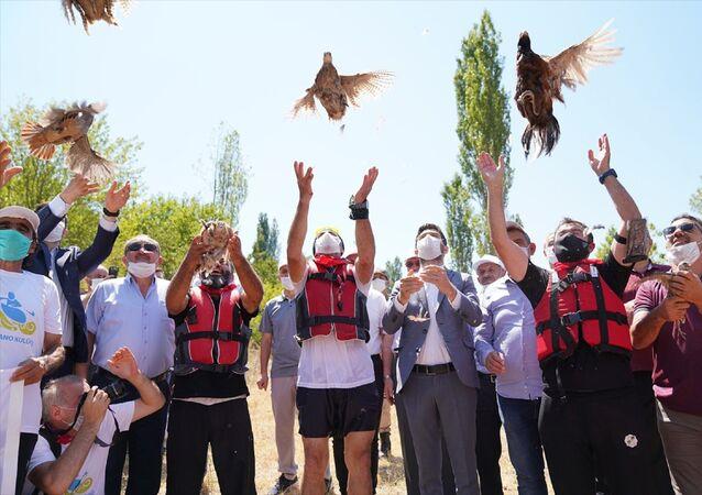 Tokat'ın Erbaa ilçesinde kene ile mücadele kapsamında bin keklik ve sülün doğaya bırakıldı. Erbaa Belediyesi tarafından 2008 yılında kurulan Sülün ve Keklik İstasyonunda yetiştirilen keklik ve sülünler, Boğazkesen mevkisinde düzenlenen programla doğaya salındı.