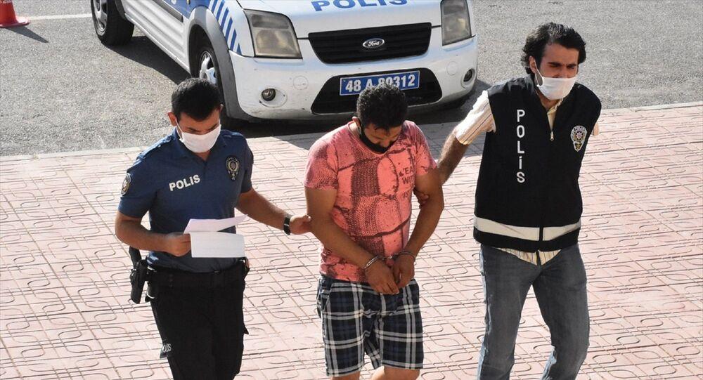 Muğla'nın Bodrum ilçesinde bir kişi, denize çıplak girdiği gerekçesiyle gözaltına alındı. Emniyetteki işlemlerinin ardından kamusal alanda hayasızca hareketlerde bulunduğu suçlamasıyla adliye sevk edilen şüpheli, savcılıktaki işlemlerinin ardından serbest bırakıldı.