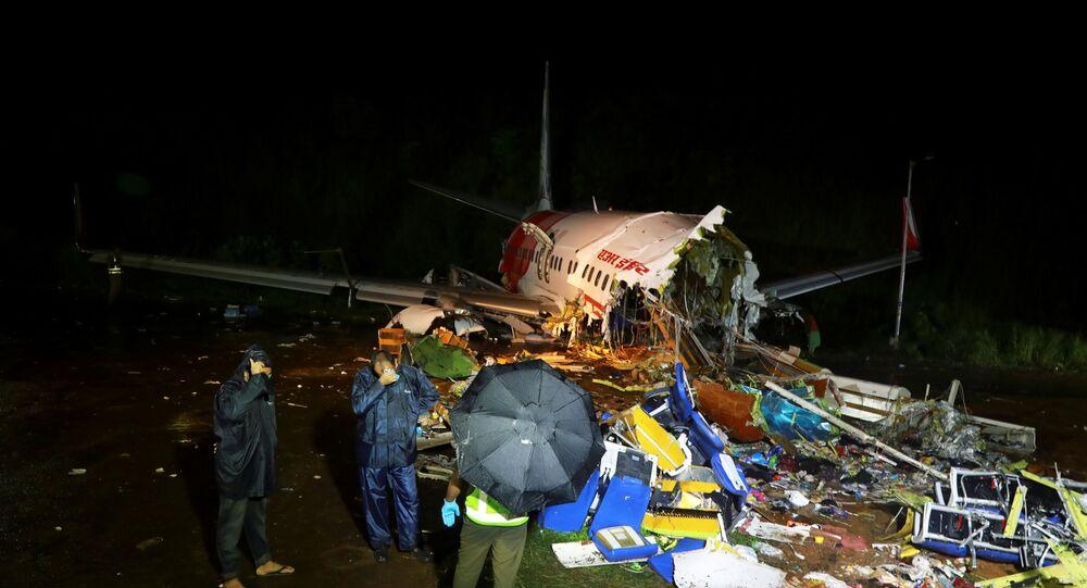 Hindistan'ın Kerala eyaletinde iniş sırasında pistin dışına çıkan ve yaklaşık 10 metre yükseklikten düşerek ikiye bölünen uçaktaki ölü sayısı 18'e çıktı.
