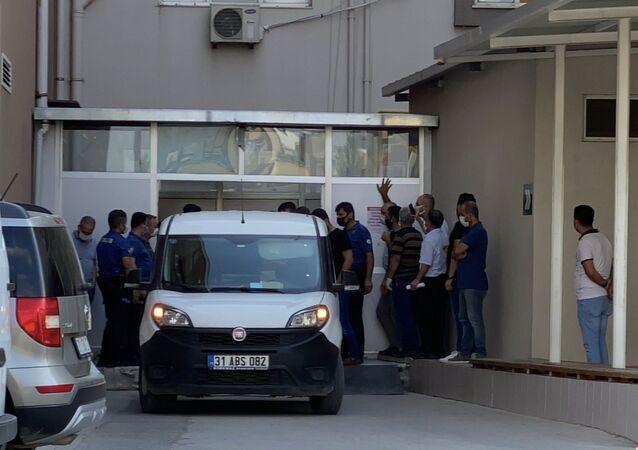Hatay'ın İskenderun ilçesinde özel bir hastanede tedavi gören ve hayatını kaybeden iki kişinin cenazesi karışında gergin saatler yaşandı. Türk vatandaşın naaşının Suriyeli bir aile tarafından teslim alınarak Reyhanlı ilçesinde kimsesizler mezarlığına gömüldüğü ortaya çıktı.