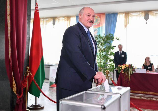 Lukaşenko, Belarus Devlet Üniversitesi'nde sandık başına giderek oyunu kullandı. Seçimlerden sonra ülkesinde kaos veya iç savaşın hakim olmayacağını düşünen Lukaşenko, seçimlerin uluslararası çapta tanınmasını da pek beklemediğini kaydetti.