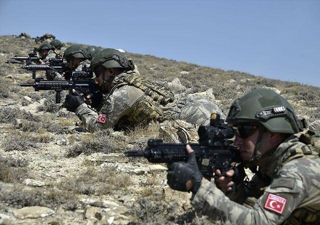 Türkiye ile Azerbaycan hava ve kara kuvvetlerinin Azerbaycan'da sürdürdüğü geniş kapsamlı ortak askeri tatbikatta özel kuvvetler çeşitli operasyonlar icra etti.