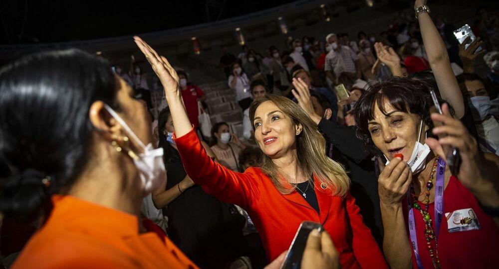 Bilkent Odeon'da yapılan CHP 14. Kadın Kolları Olağan Kurultayı bitti. Oy sayımlarının ardından yeni CHP Kadın Kolları Başkanı seçilen CHP Parti Meclisi üyesi Aylin Nazlıaka, sevinç yaşadı.