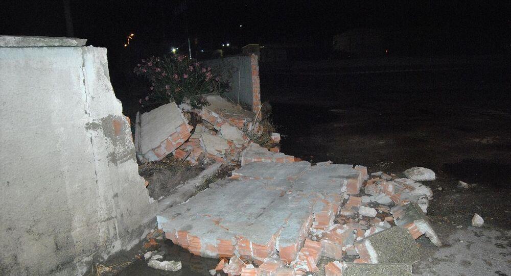 Şiddetli yağış ve rüzgar beton duvarları yıktı