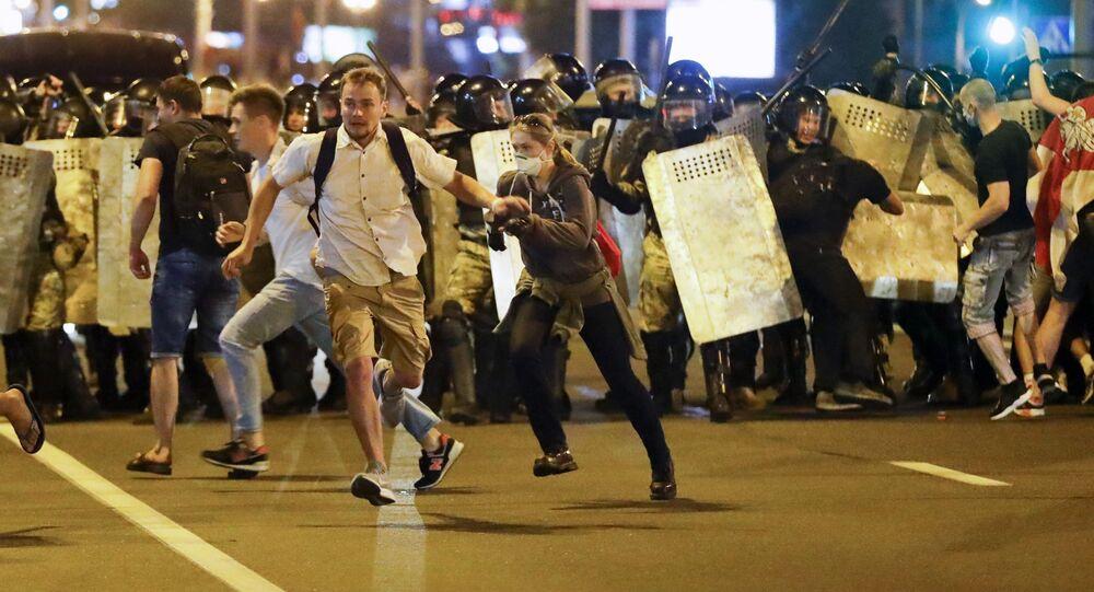 Minsk'teki zinsiz gösterilere yüzlerce kişi katıldığı, gözaltına alınanların olduğu belirtildi.