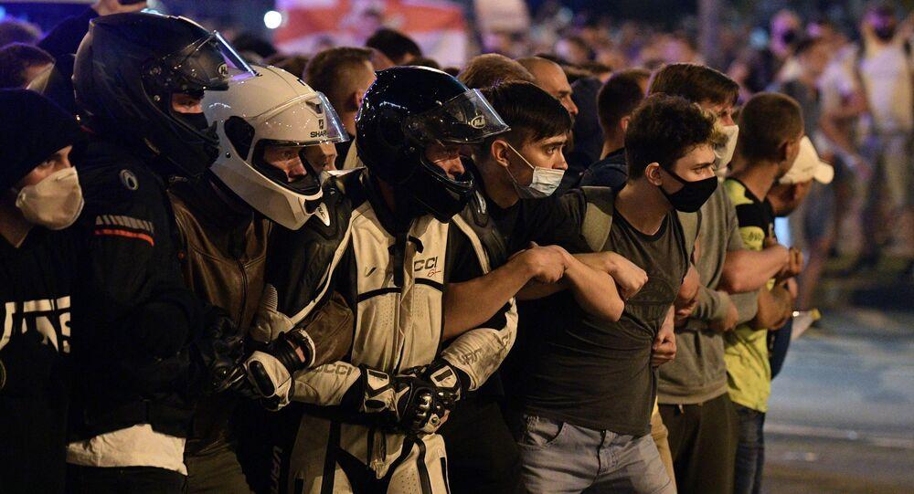 Başkent Minsk'te  polisle çatışmalara katılan protestocular