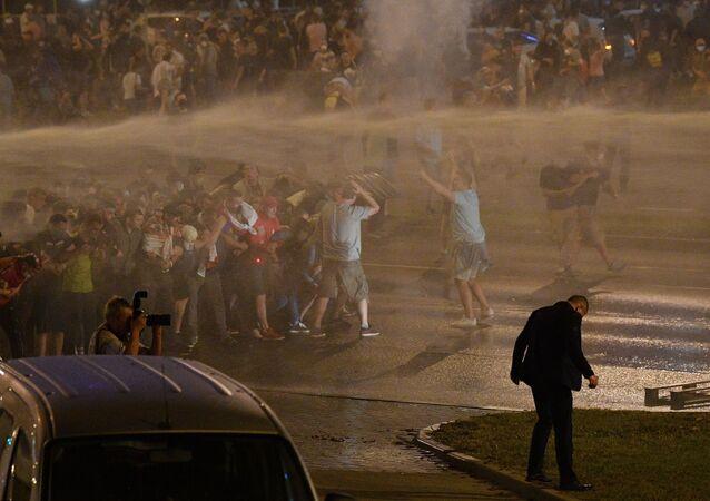 Güvenlik güçleri, Minsk'in merkezindeki protestocuları dağıtmak için tasyikli su, ses bombaları ve biber gazı kullandı.