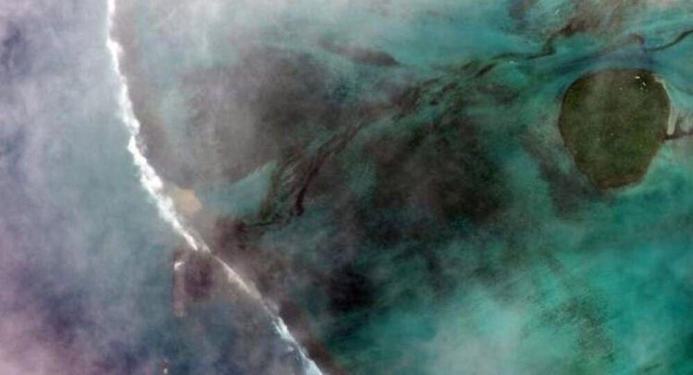 Mauritius Adası'nda karaya oturan petrol tankeri, sahillerinin güzelliğeyle ünlü Ada'nın sahillerine petrol sızdırmaya başladı. Ülkede olağanüstü hal ilan edildi.