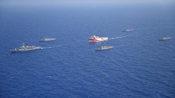 Oruç Reis gemisine eşlik eden Türk Deniz Kuvvetleri gemileri - Sputnik Türkiye