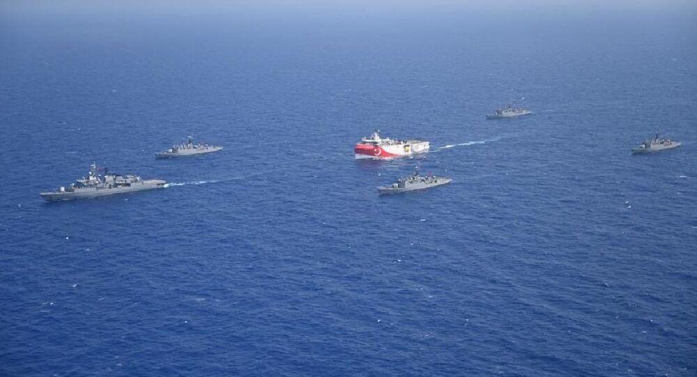 Oruç Reis gemisine eşlik eden Türk Deniz Kuvvetleri gemileri