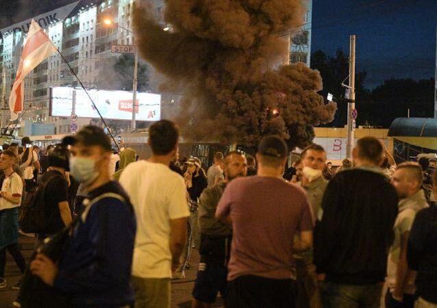 Minsk'te göstericiler troleybüs yaktı