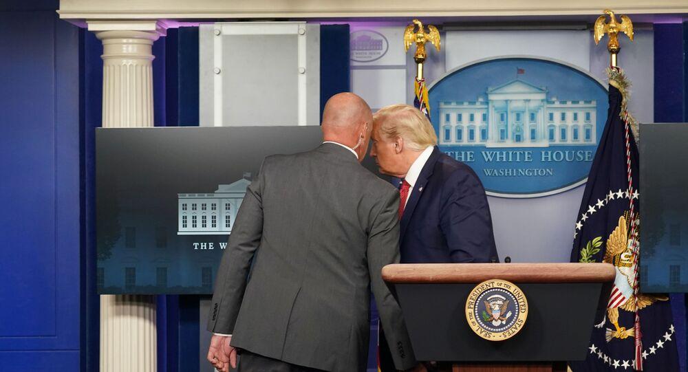 ABD Başkanı Donald Trump, basın toplantısı düzenlediği sırada, programı bölen güvenlik ekibi tarafından salondan çıkarıldı.