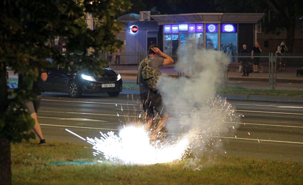 Belarus'un başkenti Minsk'te, polisin göstericilere karşı ses bombası ve plastik mermi kullandığı belirtildi.
