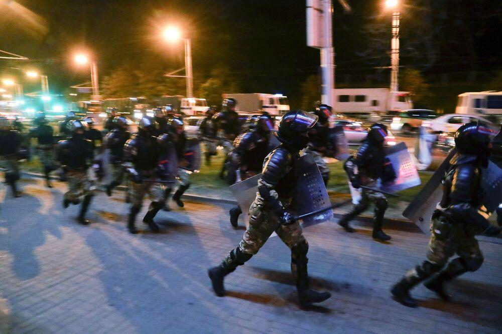 Belarus İçişleri Bakanlığı, Minsk'te protestolar sırasında meydana gelen patlamada 1 kişinin öldüğünü açıkladı. Açıklamada, ölen kişinin polise bomba atmak isteyen bir gösterici olduğu belirtildi. Bombanın göstericinin elinde patladığı kaydedildi.