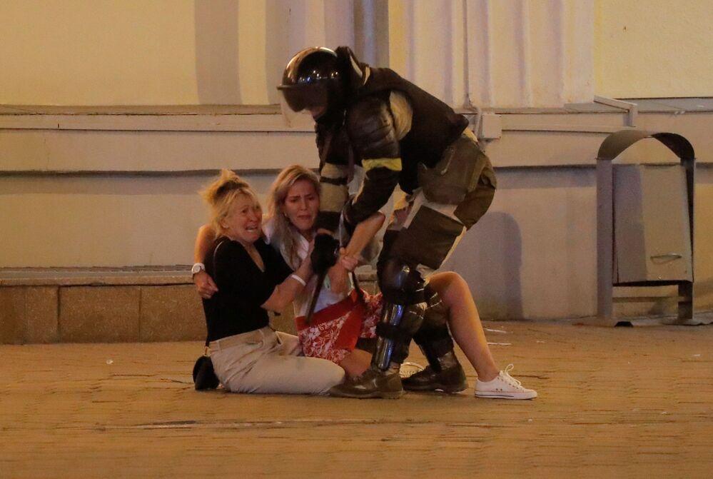 Minsk'te  polis göstericileri gözaltına alırken