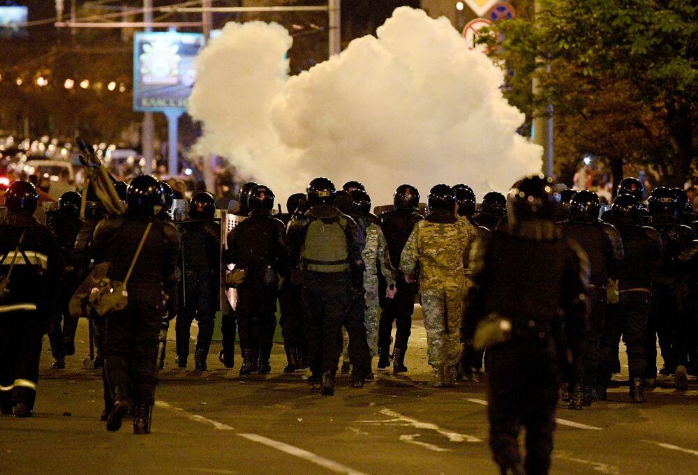 Güvenlik güçleri, başkent Minsk'in merkezi meydanında barikatlar kurmaya çalışan göstericilere plastik mermi, biber gazı ve ses bombalarıyla müdahale ederek engel oldu.