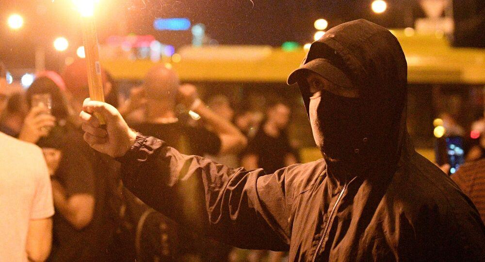 Belarus'un başkenti Minsk'te iki gündür devam eden protesto eylemlerinin bir katılımcısı.
