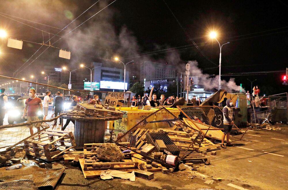 Polis ve protestocular arasında şiddet olaylarının devam ettiği eylemlerin 2. gününde polis, gaz bombası ve lastik mermi kullanarak göstericileri dağıtmaya çalıştı.