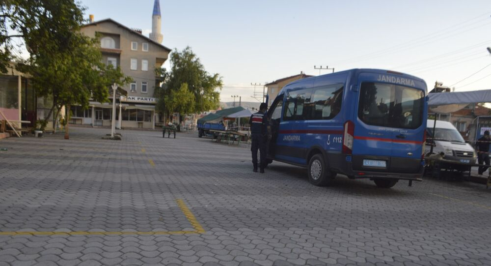 Kütahya'nın Tavşanlı ilçesine bağlı Tepecik Beldesi ve Beyköy Mahallesi'nde koronavirüs (Kovid-19) salgınındaki ciddi artış yaşanması üzerine nikah, sünnet, nişan, düğün gibi toplu organizasyonların 24 Ağustos tarihine kadar yasaklandığı açıklandı.