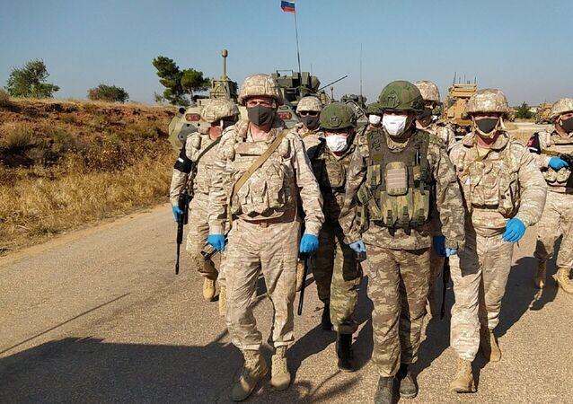 Milli Savunma Bakanlığı, İdlib'deki M4 karayolunda kara ve hava unsurlarının katılımıyla 24. Türk-Rus Birleşik Kara Devriyesi'nin gerçekleştirildiğini duyurdu.