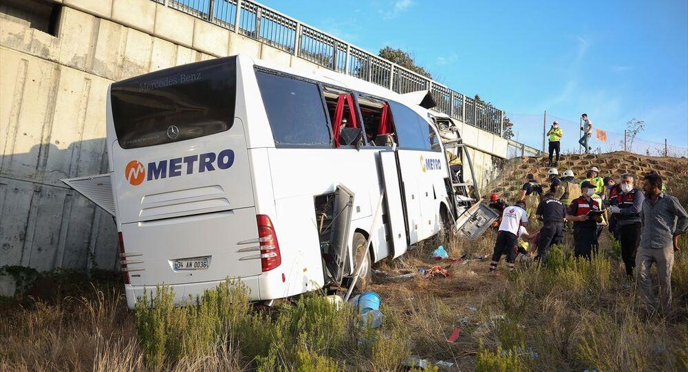 İstanbul Kuzey Marmara Otoyolu'nda yolcu otobüsü, ilk belirlemelere göre üst geçide çarptı. Kazada ölü ve yaralıların olduğu bildirildi.