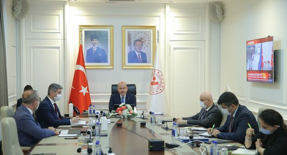 İçişleri Bakanı Süleyman Soylu, video konferans yöntemiyle 81 ilin valisiyle toplantı yaptı. Bakan Soylu'nun, Bakanlık'taki Muhammet Fatih Safitürk Toplantı Salonu'ndan katıldığı video konferans toplantısında 81 ilin valisi yer aldı.