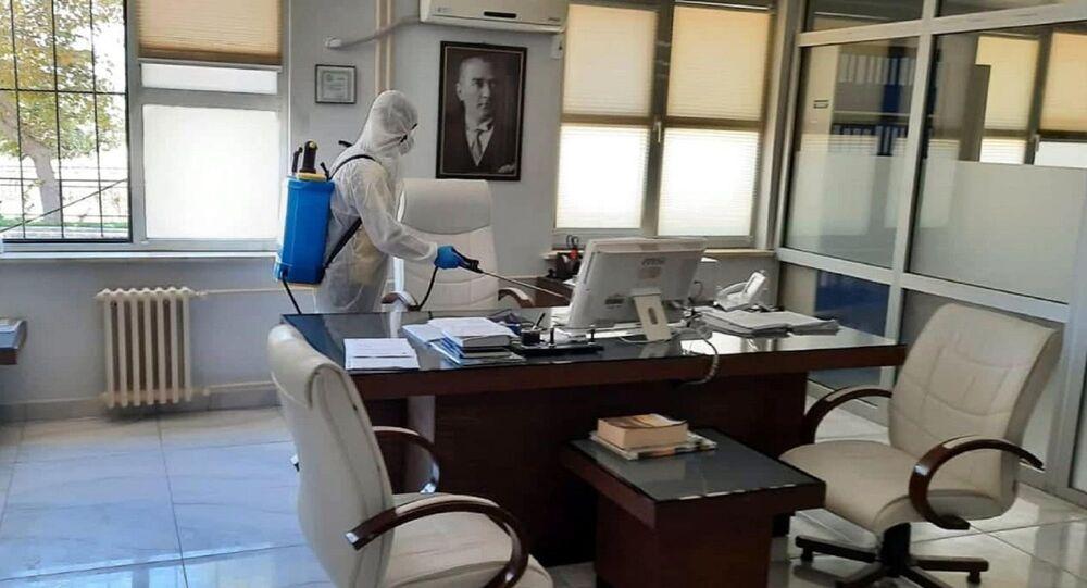 Tekirdağ'ın Şarköy ilçesi Tapu Müdürlüğü'nde görevli memur A.D.'nin bayram tatili için gittiği memleketi Şanlıurfa'dan dönüştü koronavirüse yakalandığının belirlenmesi nedeniyle, müdürlük çalışanları izolasyona alındı. Tapu Müdürlüğü de, önlem amaçlı kapatılarak işlemlere ara verildi.