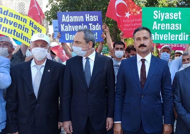 İstanbul Kıraathaneci Kahveci ve İçkisiz Gazinocular Esnaf Odası üyeleri, yeni tip koronavirüs (Kovid-19) nedeniyle kahvehanelere uygulanan kısıtlamaların kaldırılmasını istedi.
