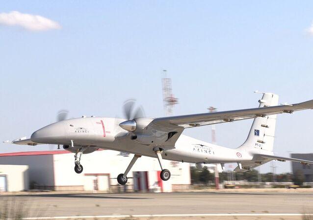 Bayraktar Akıncı Taarruzi İnsansız Hava Aracı'nın (TİHA) ikinci prototipi Çorlu Hava Meydan Komutanlığı'nda yer alan Bayraktar Akıncı Uçuş ve Eğitim Merkezi'nde gerçekleştirilen ilk uçuş testini başarıyla tamamladı.