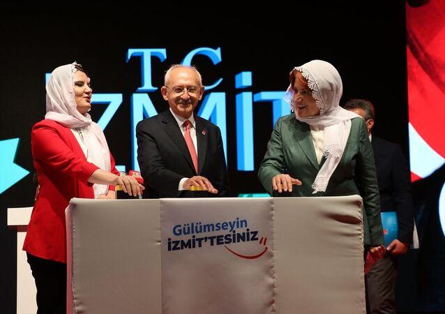 İYİ Parti Genel Başkanı Meral Akşener, Kocaeli'nin İzmit ilçesindeki Uluslararası Fuar Alanı otoparkında düzenlenen İzmit Belediyesi Araç Tanıtım ve Toplu Açılış Töreni'ne katıldı.