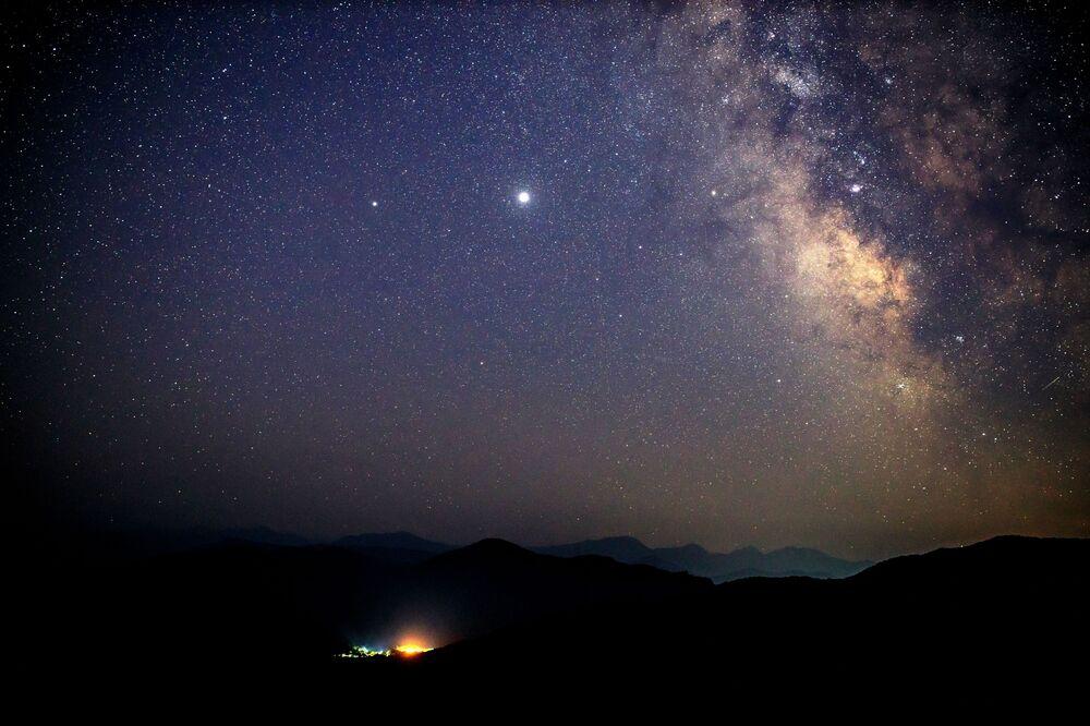Gökyüzünde görsel şölen oluşturan Perseid meteor yağmuru,  halk arasında 'yıldız kayması' olarak biliniyor.