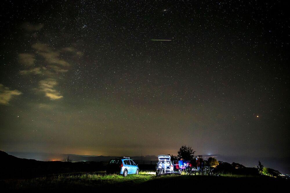 Perseid meteor yağmuru, Dünya'nın yakınlarından geçen Swift-Tuttle kuyruklu yıldızından arda kalan kalıntılardan oluşur.