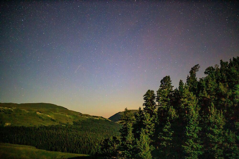 Hava koşullarının uygun olduğu, şehre uzak noktalardan ve ışıksız bölgelerde, Perseid meteor yağmuru Rusya'dan da izlenebiliyor. Fotoğrafta: Rusya'nın Krasnodar bölgesinde görüntülenen meteor yağmuru