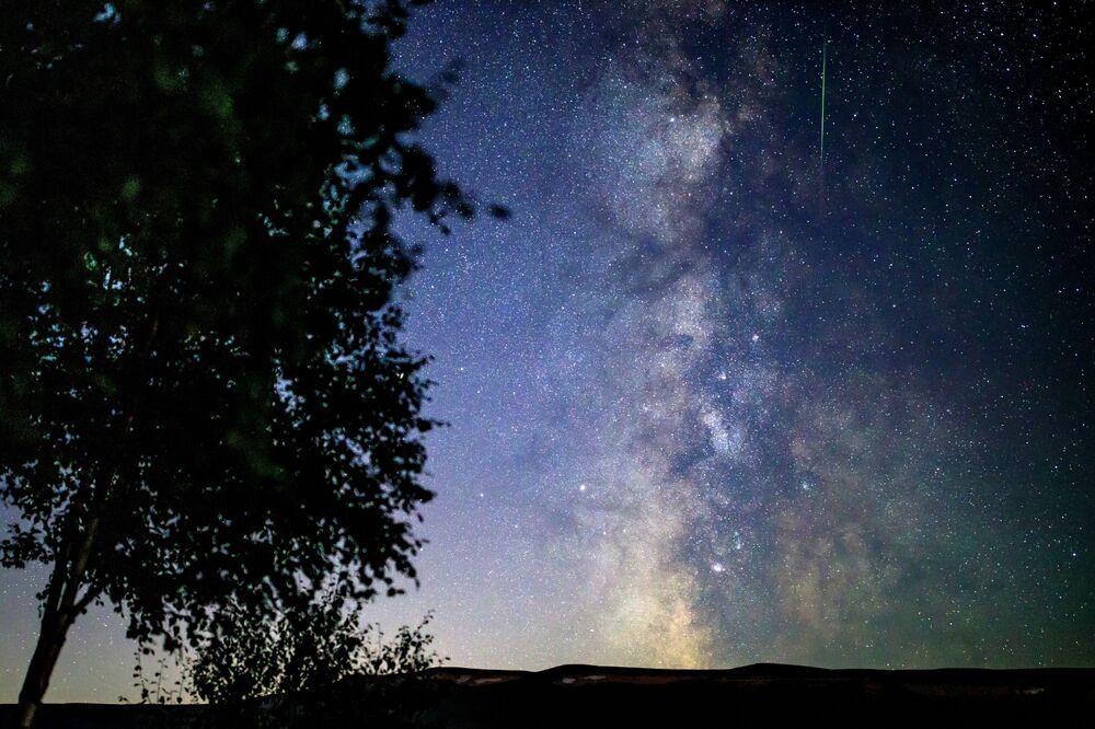 Meteorların en görkemli gösterilerinden biri olan Perseid meteor yağmurunun görüntüsü.