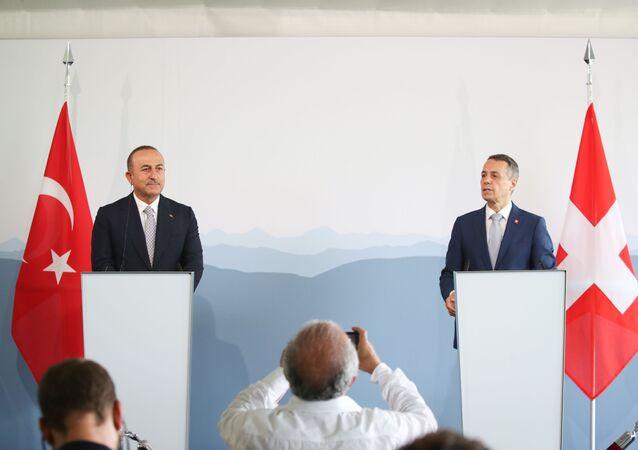 Dışişleri Bakanı Mevlüt Çavuşoğlu (solda), resmi ziyaret amacıyla geldiği İsviçre'nin Bern'de İsviçre Federal Dışişleri Bakanı Ignazio Cassis (sağda) ile bir araya geldi. İki bakan görüşmenin ardından basın toplantısı düzenledi.