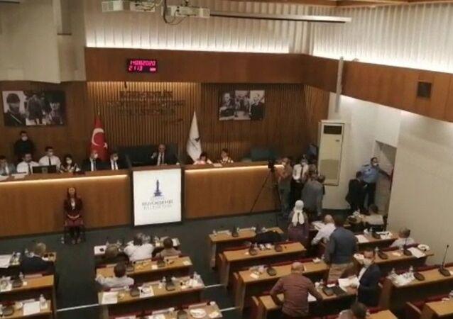 İzmir Büyükşehir Meclisi'nde AK Parti Grubu salonu terk etti