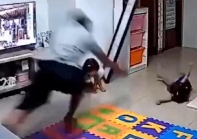 Çin'de bir baba, oyun oynayan kızının üzerine düşecek olan büyük bir aynayı fark edip refleks göstererek kızıyla aynanın arasına girdi. 'Süper baba'nın o anları evdeki kamera ile kaydedildi.