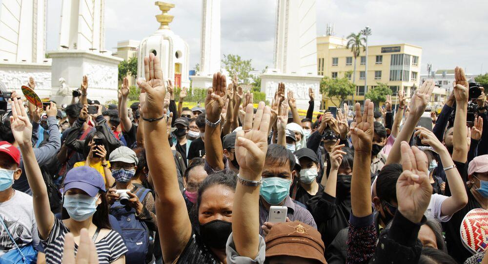 Tayland'ın başkenti Bangkok'ta hükümet ve monarşi karşıtı binlerce kişi sokaklara inerek protesto düzenledi.