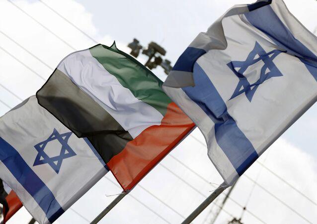 İsrail'in Netanya şehrinde Birleşik Arap Emirlikleri (BAE) ve İsrail bayrakları