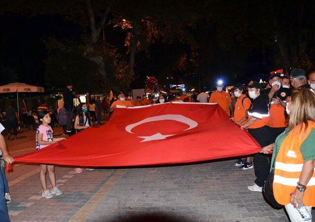 """17 Ağustos 1999 MarmaraDepremi'nde hayatını kaybedenlerdepremin 21. yıldönümünde Mahalle Afet Gönüllüleri Derneği tarafından gerçekleştirilen, """"Sessiz Yürüyüş"""" ile anıldı"""