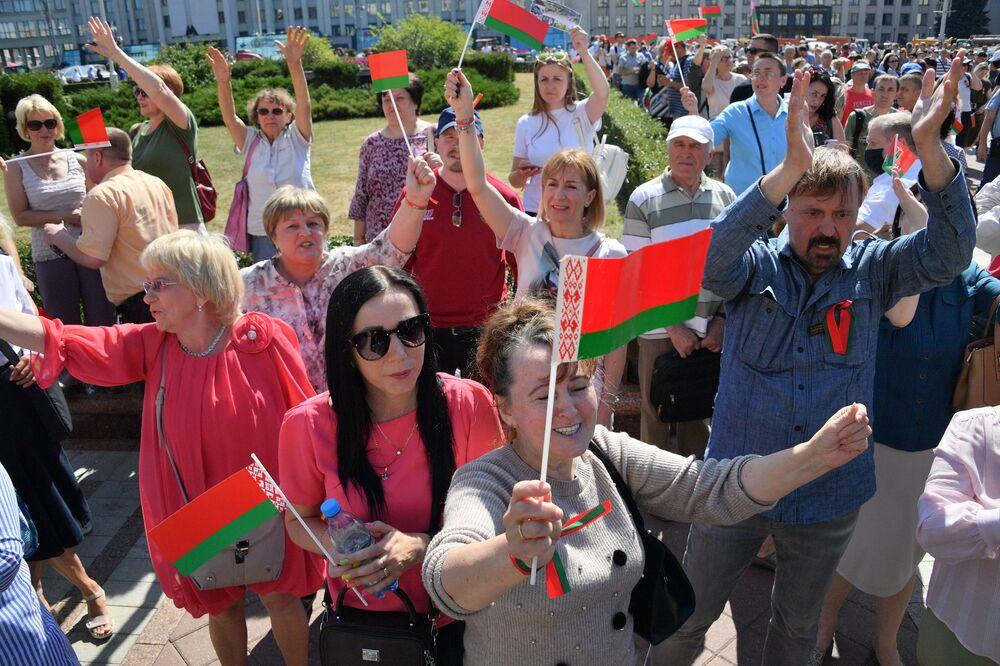 Hükümet binasının bulunduğu Minsk merkezindeki Nezavisimost Meydanı'nda yapılan Lukaşenko'ya destek gösterisinin katılımcıları.