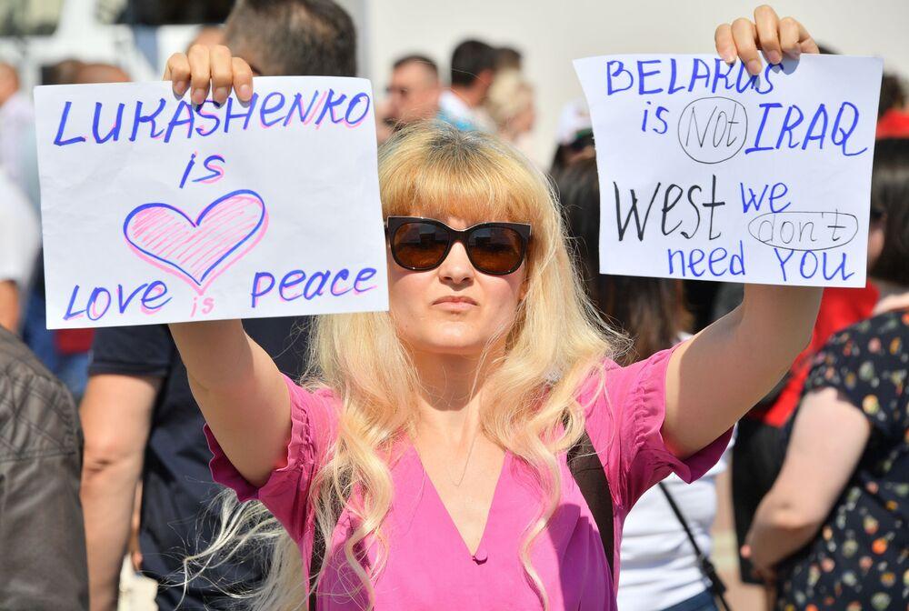 Minsk'te hükümet binasının bulunduğu merkezde Devlet Başkanı Aleksandr Lukaşenko'ya destek amacıyla  toplanan göstericilerden biri.
