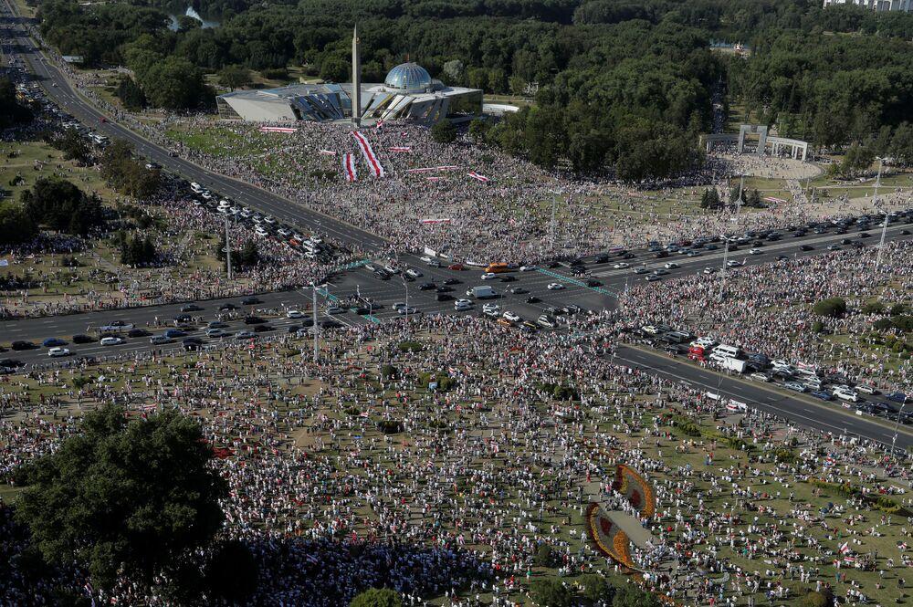Muhalefet kaynaklarına göre, Minsk'te düzenlenen Lukaşenko karşıtlarının gösterisine yaklaşık 200 bin kişi katıldı.