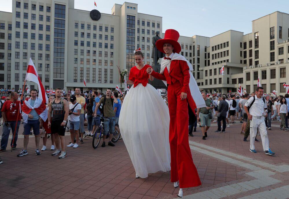 Belarus'un başkenti Minsk'te Özgürlük Yürüyüşü için toplanan  Lukaşenko karşıtları.