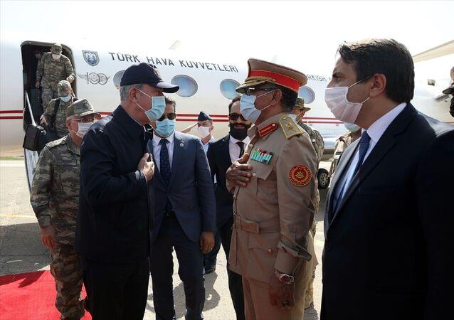 Milli Savunma Bakanı Hulusi Akar, beraberinde Genelkurmay Başkanı Orgeneral Yaşar Güler ile Güvenlik, Askeri İşbirliği Mutabakat Muhtırası kapsamında yapılan faaliyetleri yerinde incelemek üzere Libya'nın başkenti Trablus'a geldi. Bakan Akar ve Orgeneral Güler'in ziyareti dolayısıyla Mitiga Havalimanı'nda askeri tören düzenlendi.