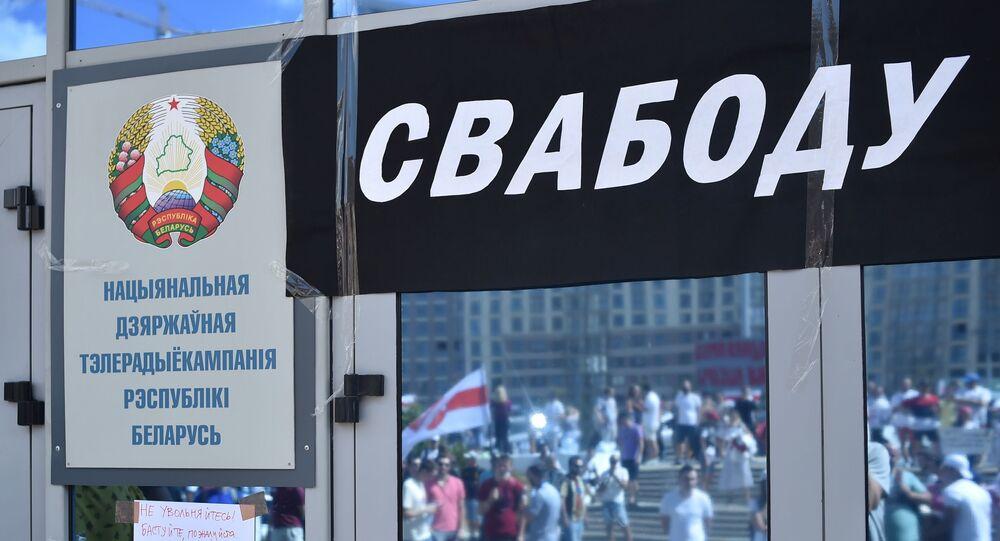 Belarus Ulusal Devlet Televizyon ve Radyo Şirketi camında 'özgürlük' yazılı pankart, protesto