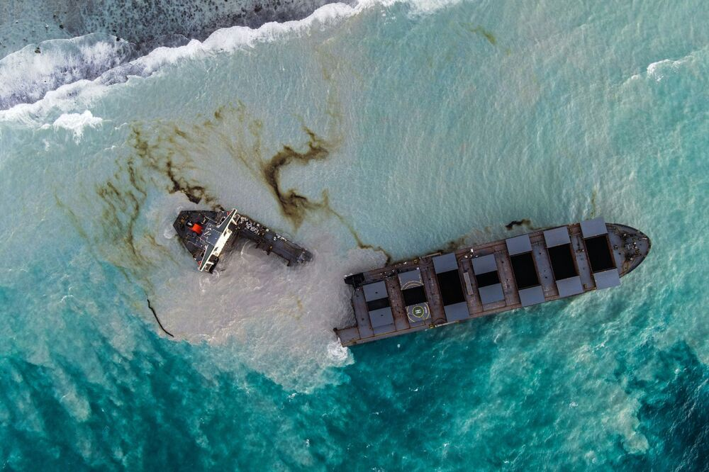 Hint Okyanusu'nun güneybatısındaki Mauritius'da 25 Temmuz'da karaya oturan ve 4 bin ton petrol taşıyan tanker ikiye bölündü. Mauritius Başbakanı Pravind Jugnauth, yaptıkları çalışmayla daha önce sızıntıyı durdurmayı başardıklarını ancak tanker ikiye bölününce petrol kontrolsüz bir şekilde okyanusa yayılmaya devam ettiğini açıkladı. 1.3 milyon nüfusa sahip Mauritius vatandaşları petrolün kıyı bölgesinde yayılmasını engellemek için geçici bariyerler kuruyor.