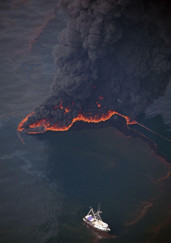 20 Nisan 2010'da British Petroleum'a (BP) ait bir açık deniz petrol platformunda patlama meydana gelmişti. Kazada 11 işçi öldü, 17 işçi yaralandı. Patlamadan 87 gün sonra kapatılan petrol kuyusundan varillerce petrol Meksika Körfezi'ne sızdı.  Sızıntı başladıktan sonra 62 bin varil ham petrol sızdı.  Kaza sonucu, soyu tükenme tehlikesi altındaki türler olan balinalar, deniz kaplumbağaları ve göçmen kuşların yaşam alanı da büyük oranda kirlendi.