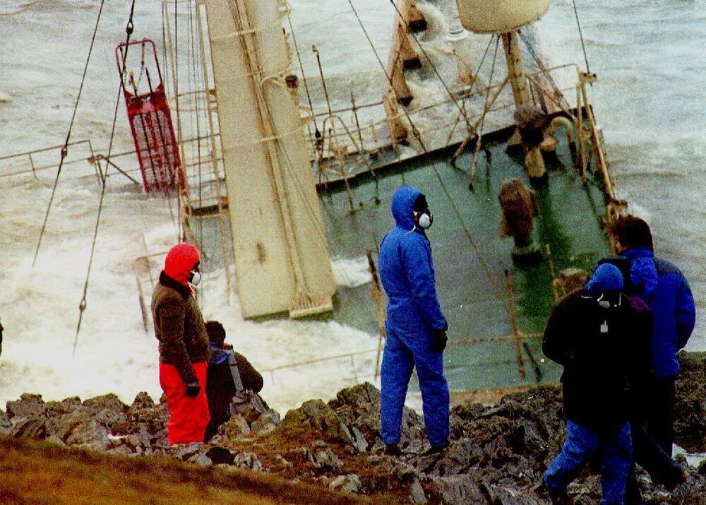 1993 yılında Braer petrol tankeri,  İngiltere'nin kuzeyindeki Shetland Adalarının kayalıklarına çarparak parçalandı. 85.000 tonu bulan tüm petrol aktı ve balıkçılık alanları ile çevreye büyük zarar verdi; kıyıya uçan toz halindeki petrol serpintisi de çiftlik alanlarını kirletti.